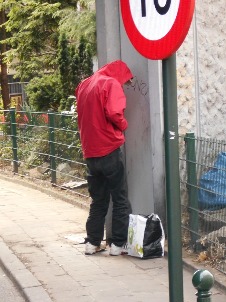 Place de Brouckère, ce toxicomane urine au vu et au su de tous...