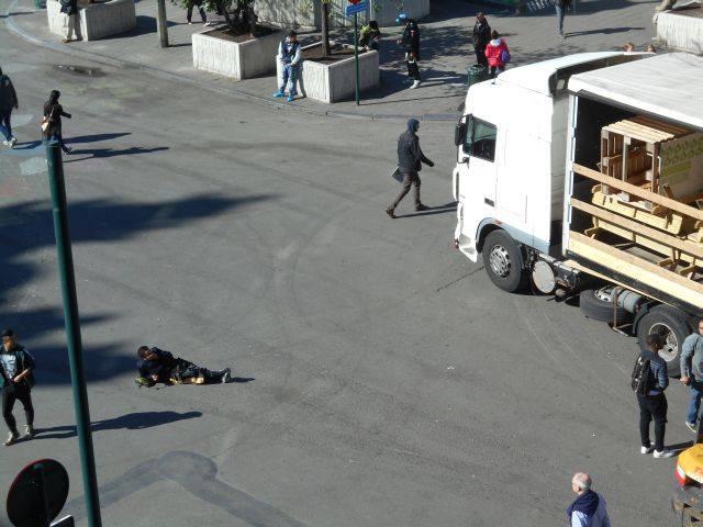 ... mais on dort en plein milieu de la rue, ici devant la Bourse !