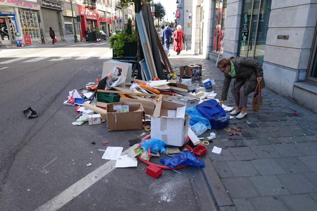 """En attendant, avec Mayeur, """"BXL"""" est devenu """"ça"""", une poubelle à ciel ouvert (rue du Midi, cœur historique, 29/9:2015)"""
