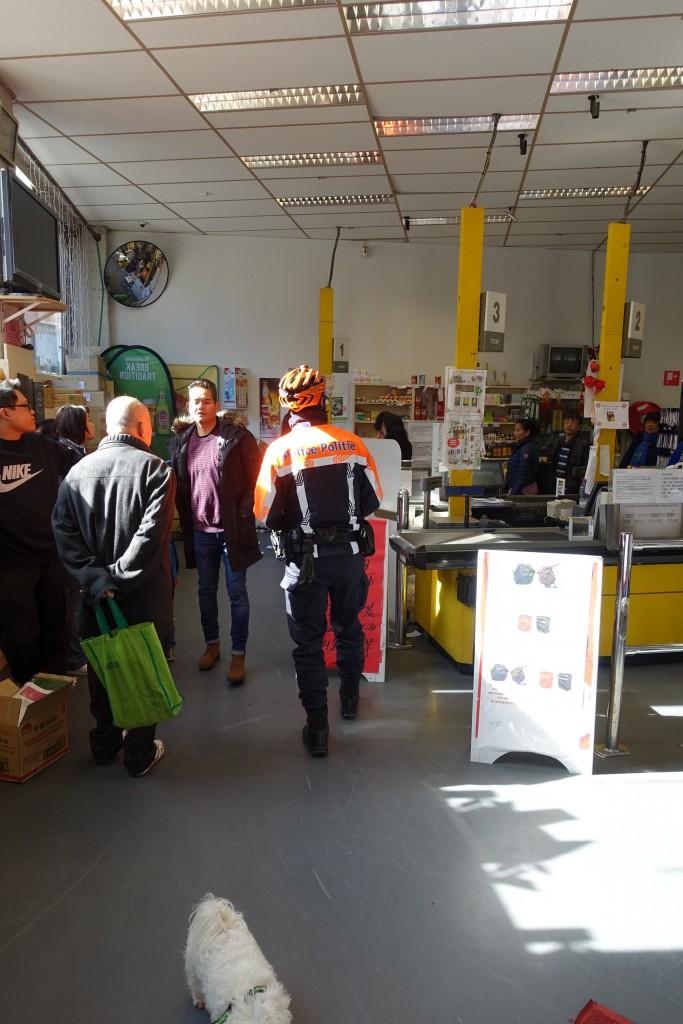 Devant les clients chinois effarés, le chef biker casqué et botté pénètre dans le supermarché