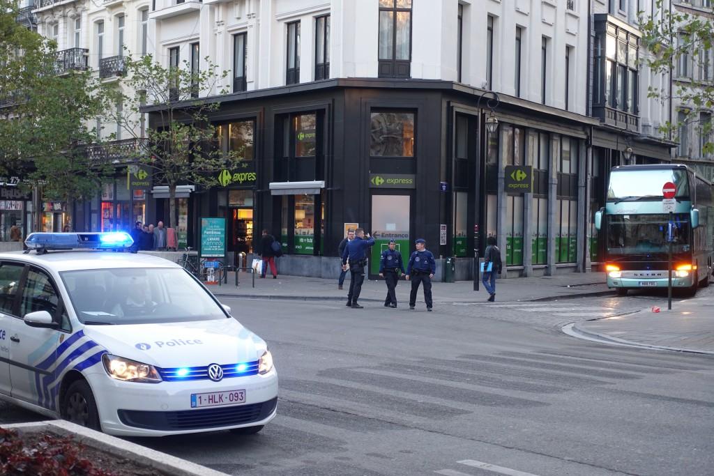 """Quatre policiers pour escorter UN autocar dans le centre-ville de """"BXL""""..."""