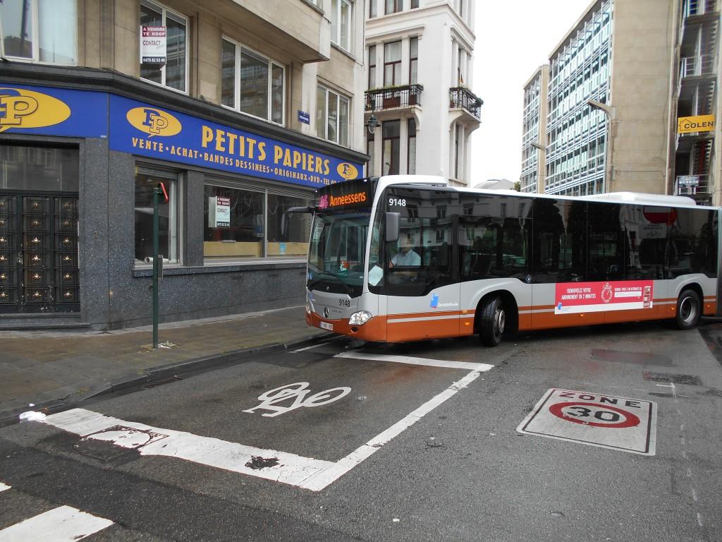 Le bus 46 de la STIB : encore un de ces mastodontes articulés (il est trop gros pour figurer en entier sur la photo) qui peine à cheminer dans les ruelles bordant la place Fontainas. Comme on peut le constater, ce bus vide traverse un quartier mort...