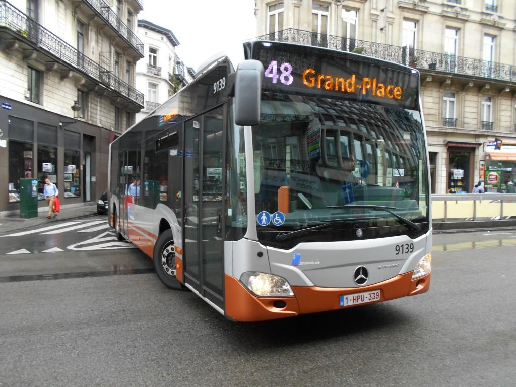 Cet énorme bus articulé, se rendant soi-disant à la Grand-Place, surgit d'une petite rue étroite...