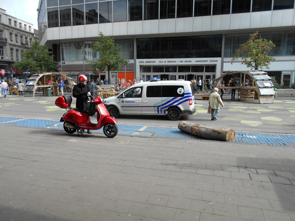 Place de Brouckère : en moto, sur le trottoir... et devant la police !