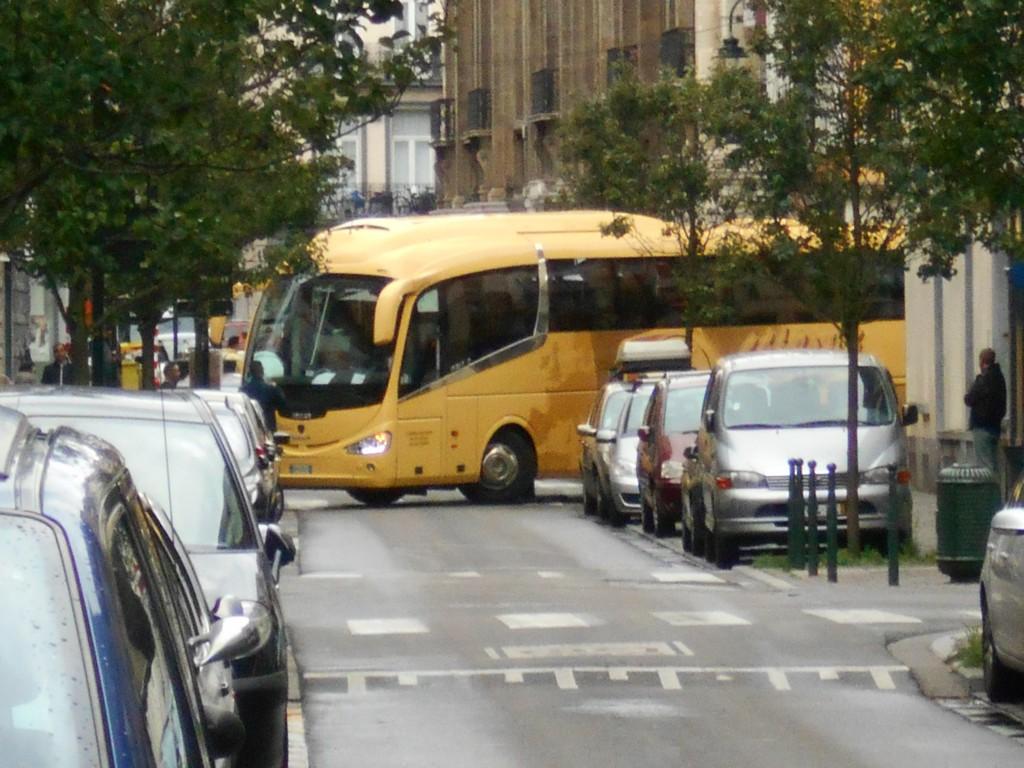 Ce grand car de tourisme, mal orienté par son GPS, s'est retrouvé bloqué dans une ruelle parallèle au piétonnier