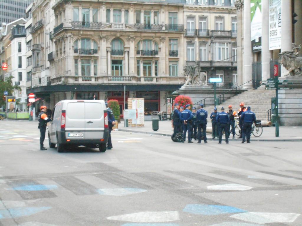 Ce véhicule est arrêté et ses occupants contrôlés par des policiers armés
