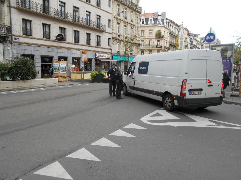 A l'entrée ouest du piétonnier, des policiers contrôlent un véhicule suspect