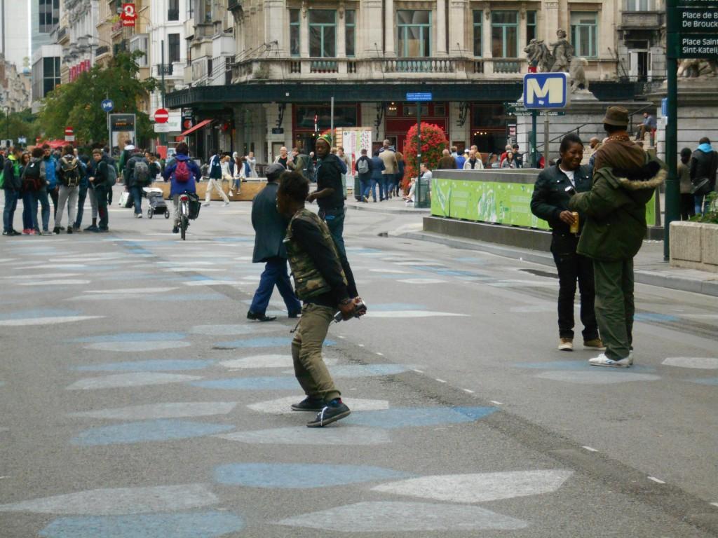 Cette photo, prise au téléobjectif, montre une bande urbaine occupant le centre du piétonnier