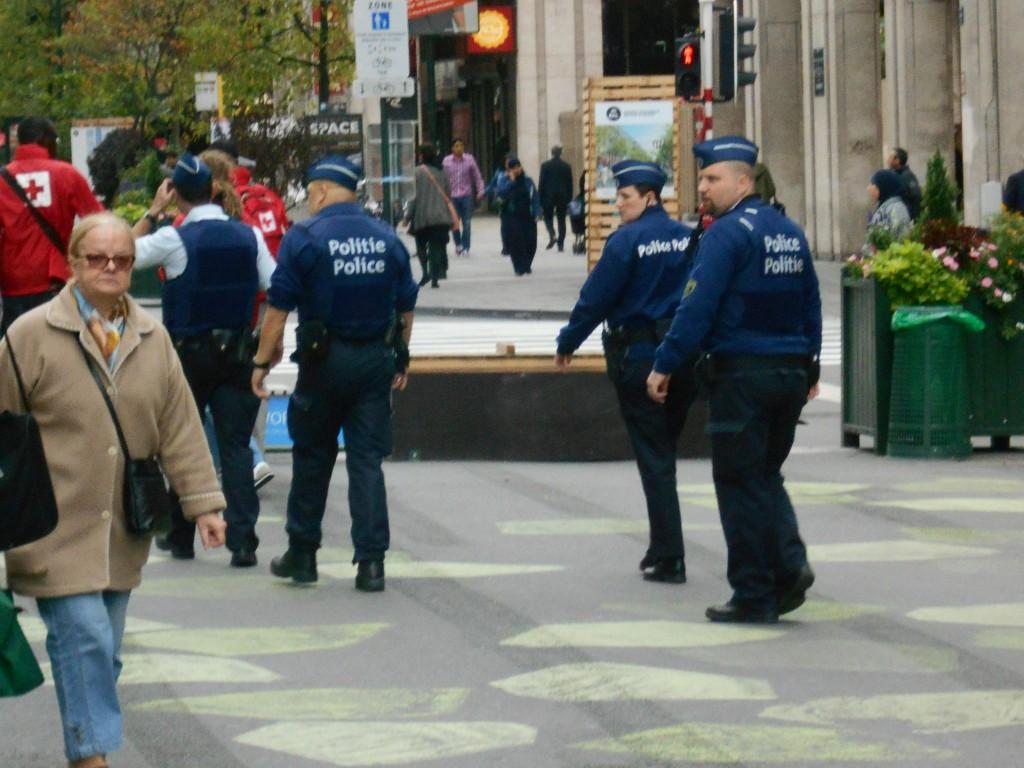 Des dizaines de policiers armés sillonnent le piétonnier géant
