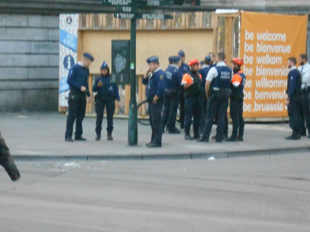 Etat de siège... sur cette photo prise au téléobjectif (ce qui explique sa mauvaise qualité), on compte pas moins de dix-sept policiers en un point stratégique du piétonnier
