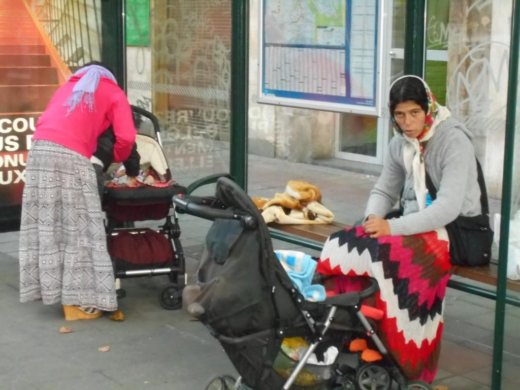 """""""Lorsque j'ai vu ces deux femmes, j'ai pensé machinalement qu'elles attendaient le bus ; puis, je me suis souvenu qu'il n'y avait plus de bus et j'ai compris qu'elles vivaient dans cet abribus. Et en effet, chaque jour je les y vois... Au lieu de dépenser 20 millions d'euros pour placer son piétonnier géant, Yvan Mayeur ne devrait pas se poser de graves question ?"""""""
