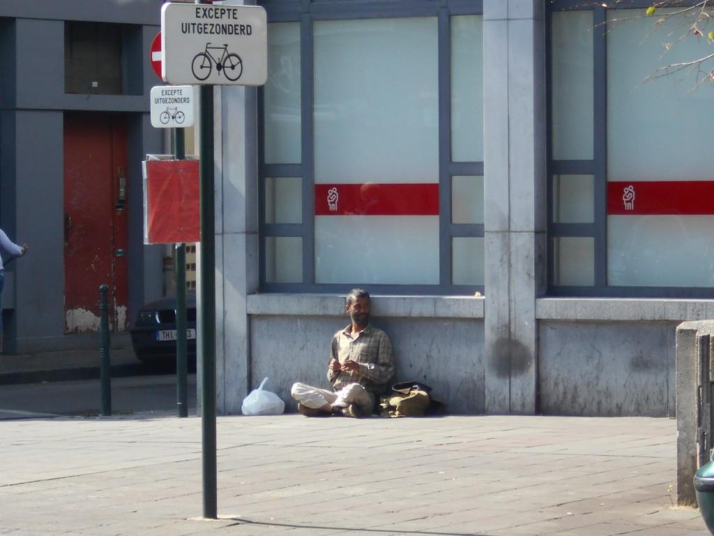 Les mendiants fleurissent : ici, au pied de la 307, fermée