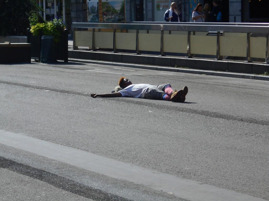 Il n'y a plus aucune limite à la transgression : couché à même l'asphalte en plein milieu du boulevard Anspach