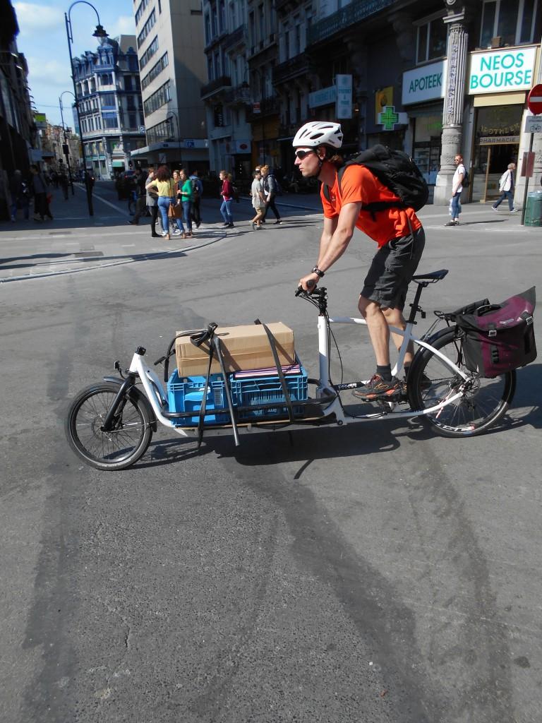 """La pharmacie NEOS BOURSE aurait perdu jusqu'à 40% de son chiffre d'affaires... tandis qu'un """"vélo cargo"""" achemine les marchandises... comme pendant l'occupation"""