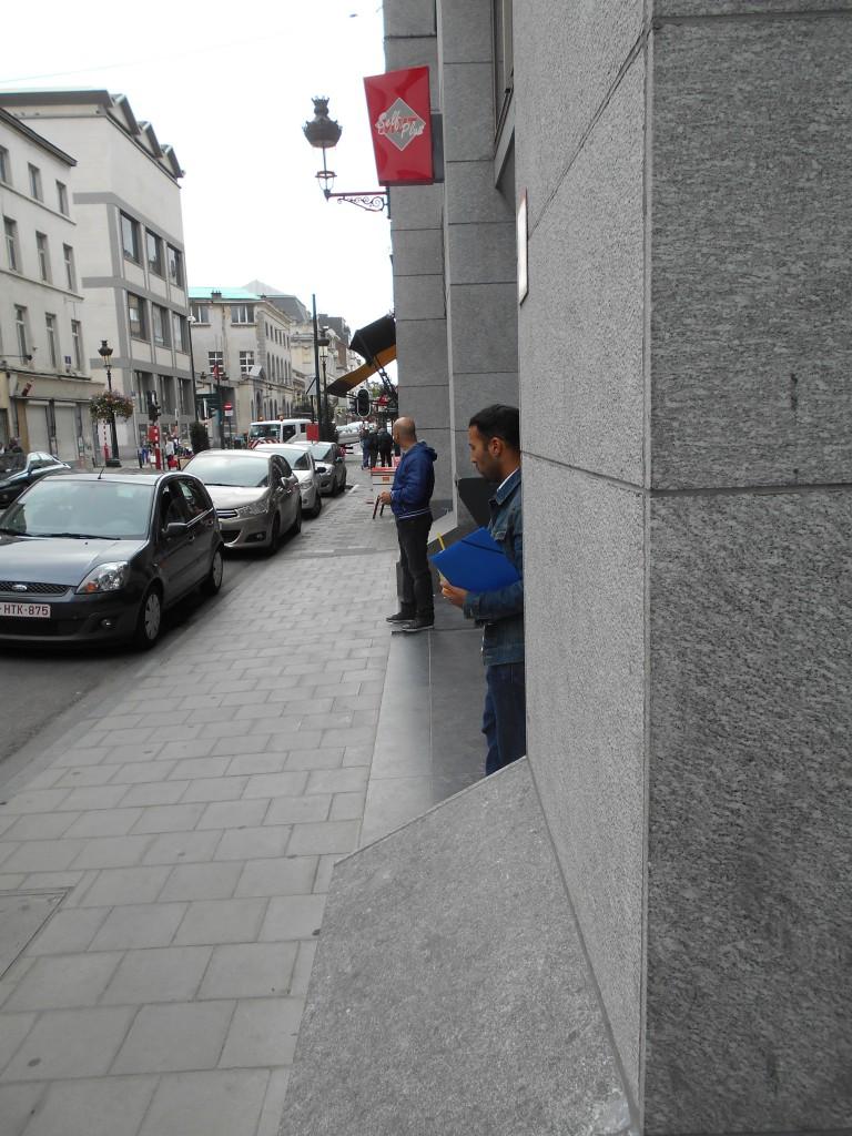 L'homme de droite tient une jaquette bleue...