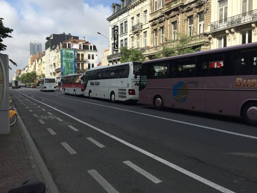 """Cette interminable colonne d'autocars attend les touristes chinois à la limite du piétonnier... les riverains apprécieront de s'être """"réappropriés leur ville"""" et de vivre désormais dans un environnement """"sans bruit ni pollution"""""""