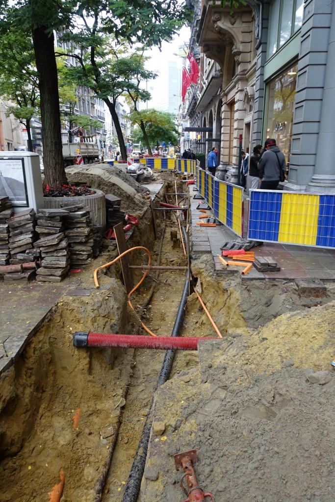 Cette tranchée est creusée depuis août 2015...