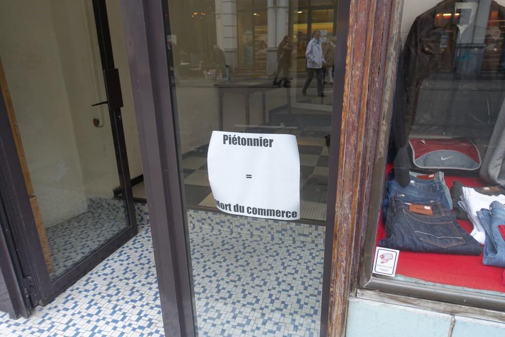 Ce magasin se situe au tout début de la rue du Midi, près de la Bourse... il semble tout droit sorti des années 50