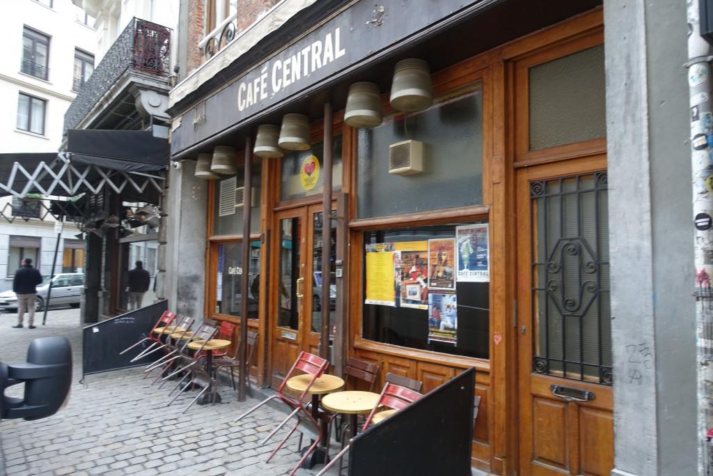 Le Café Central est difficile à photographier, car on manque de recul...