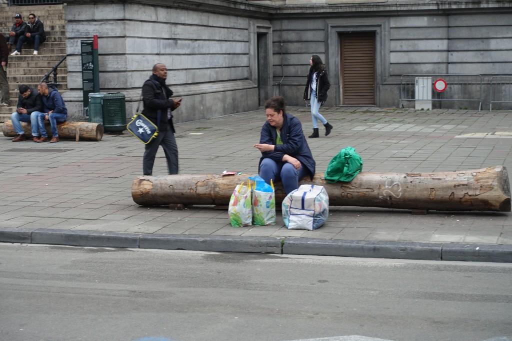 Désemparée, cette femme ne sait comment déplacer ses colis sans voiture...