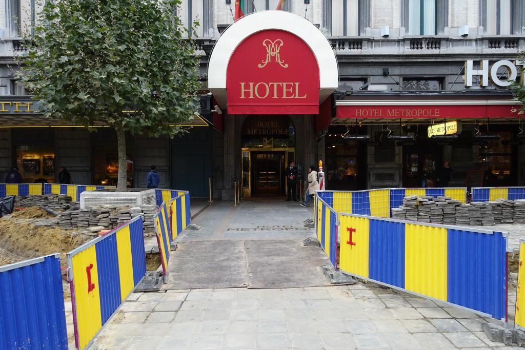 Des pelleteuses sont à l'œuvre dans la tranchée creusée juste devant l'hôtel