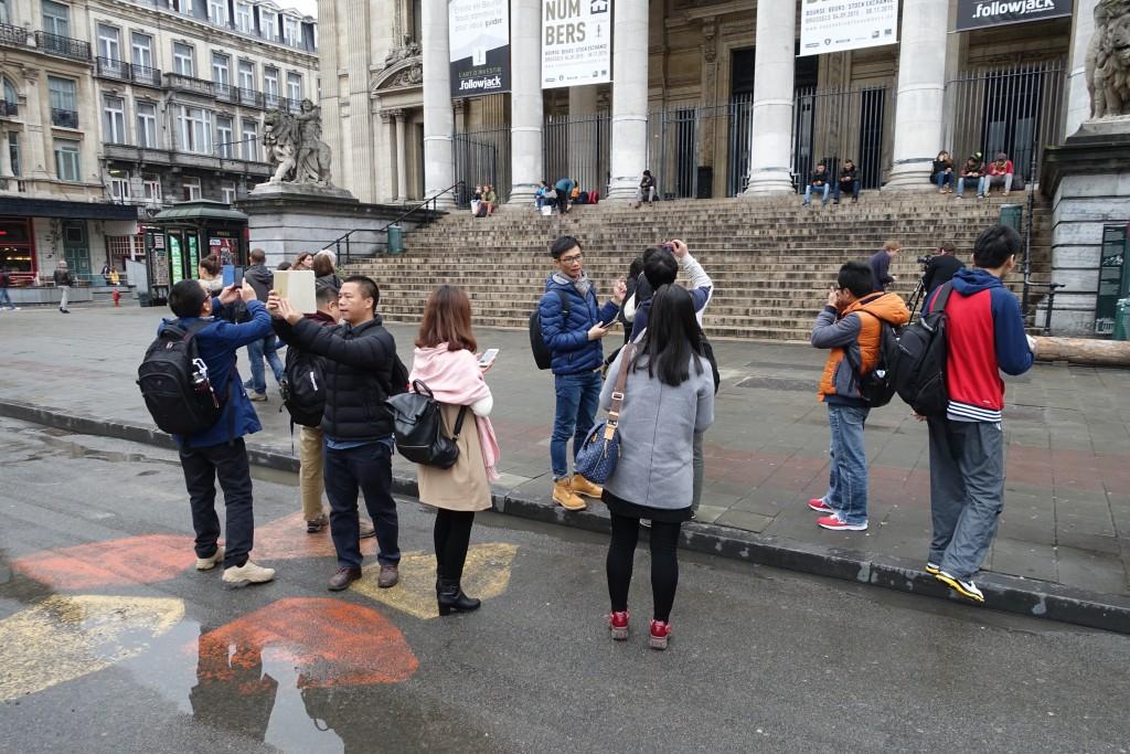 Cette photographie est presque une caricature : elle montre un groupe de touristes chinois photographiant n'importe quoi...