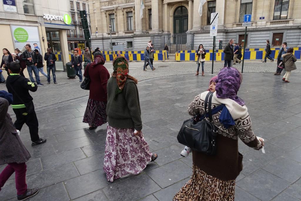 La bande des Roms descend vers la Bourse : à son passage, la foule s'écarte par prudence