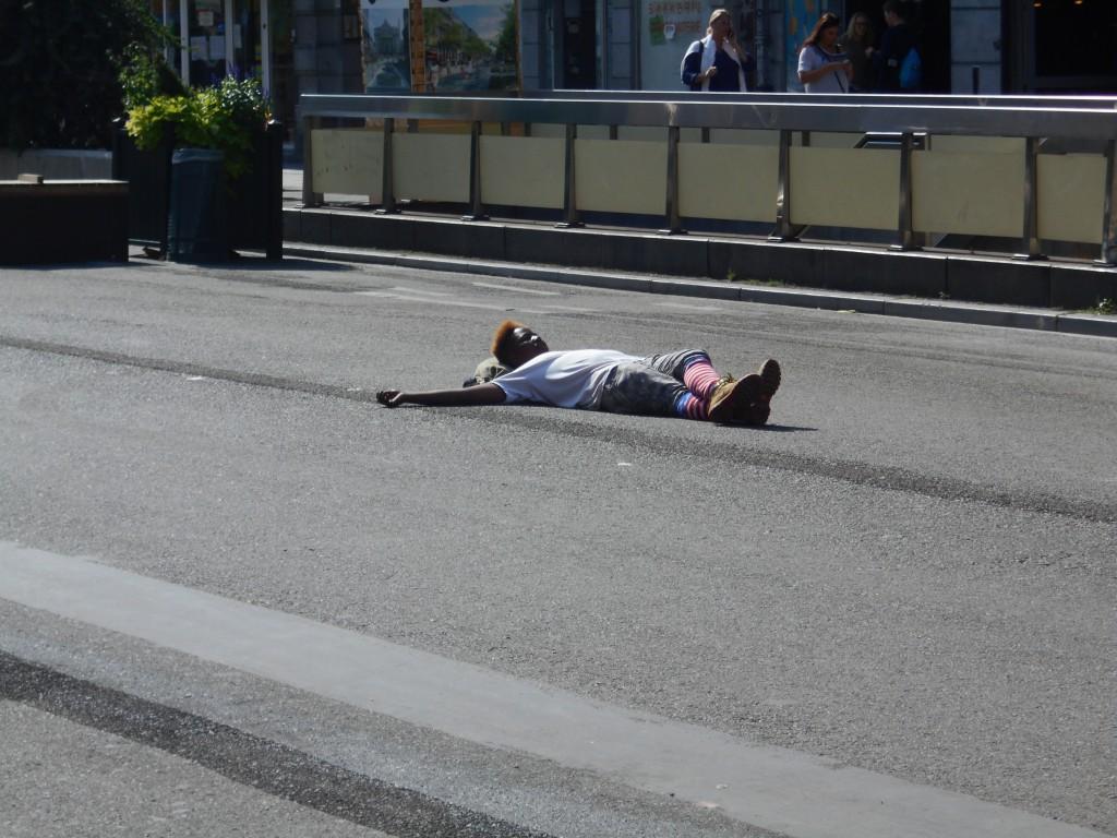 """Le nouveau sport à """"BXL"""" : se coucher en travers de la chaussée..."""