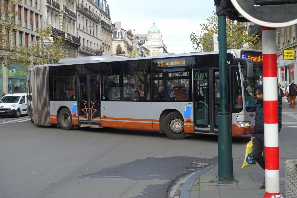 Et voilà le 95 barrant le piétonnier en s'engageant dans la rue des Teinturiers !