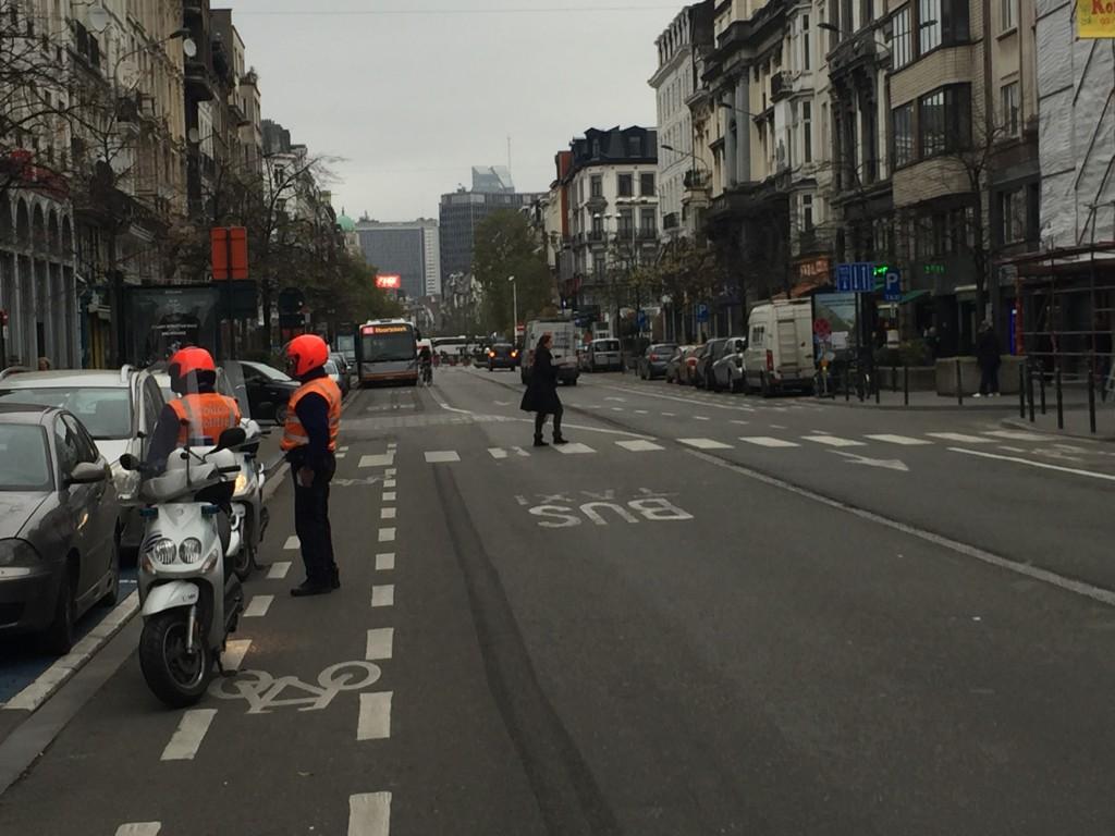 """Ces deux agents à moto ont repéré des véhicules garés sur le """"piétonnier géant""""..."""