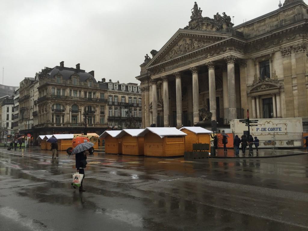 Les chalets des Plaisirs d'Hiver sous la pluie, place de la Bourse