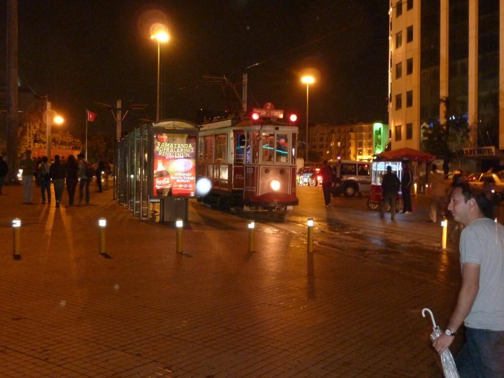 """Le """"tramway du Sultan"""" place Taksim"""