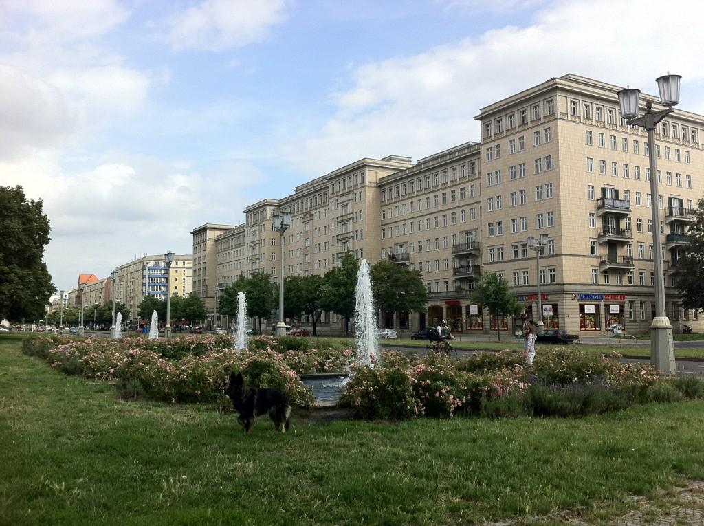 La Karl-Marx-Allee de Berlin, construite au temps de la RDA : une architecture d'apparat, sans aucune animation...