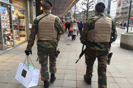 Le soldat faisait du shopping pendant sa ronde !
