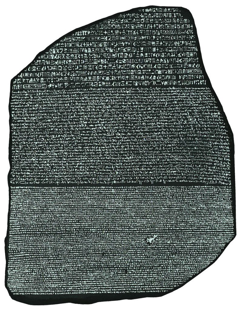 La pierre de Rosette : le même texte écrit en hyéroglyphes et en grec