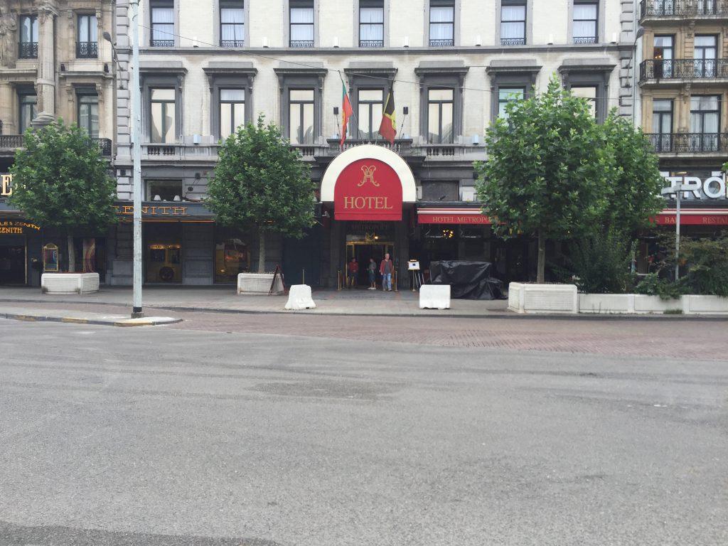 L'hôtel Métropole, photographié à un moment où la place de Brouckère portait encore ses arbres, fut le premier à attaquer en justice la Ville de Bruxelles