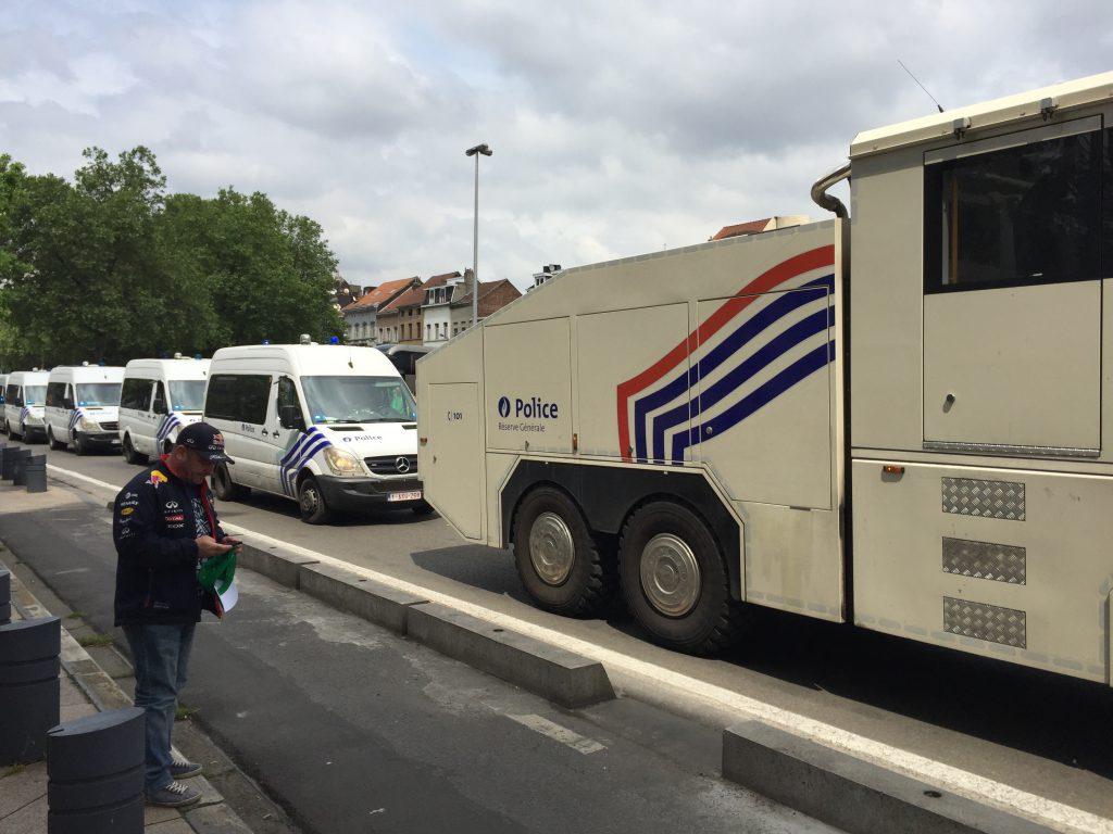 Une colonne de police s'approche de la gare du Midi