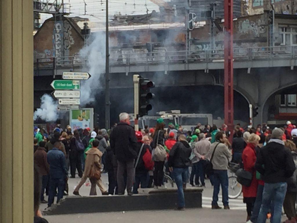 La police utilise des gaz lacrymogènes