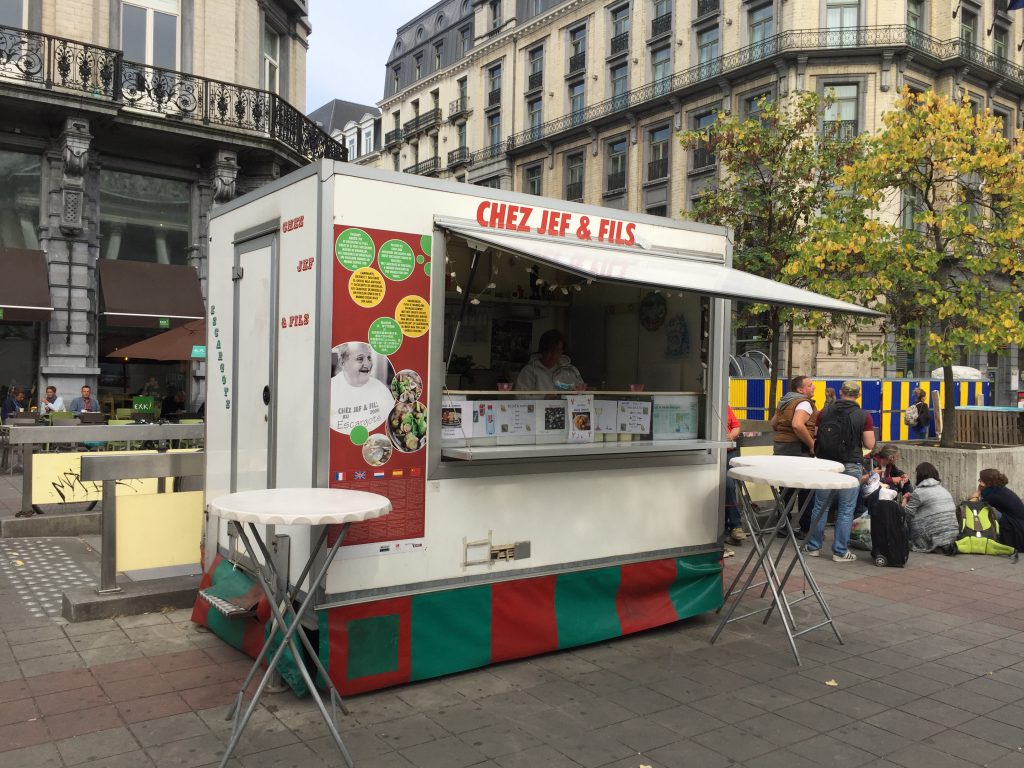 Pourtant pavoisée aux couleurs de la Ville de Bruxelles, la roulotte de Jef — vendeur de caricoles — doit déguerpir pour le 31 décembre 2016 : selon Marion Lemesre, elle fait de l'ombre au snack situé derrière !