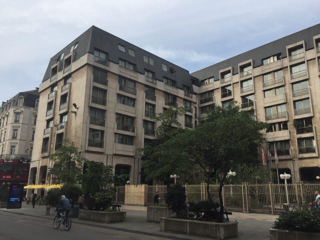 """Cet immeuble digne de l'ex-RDA est situé entre la place de la Bourse et la place de Brouckère : on ne fait pas plus """"central"""" :a ccueillera-t-il un jour les bobos flamands de Yvan Mayeur ,"""