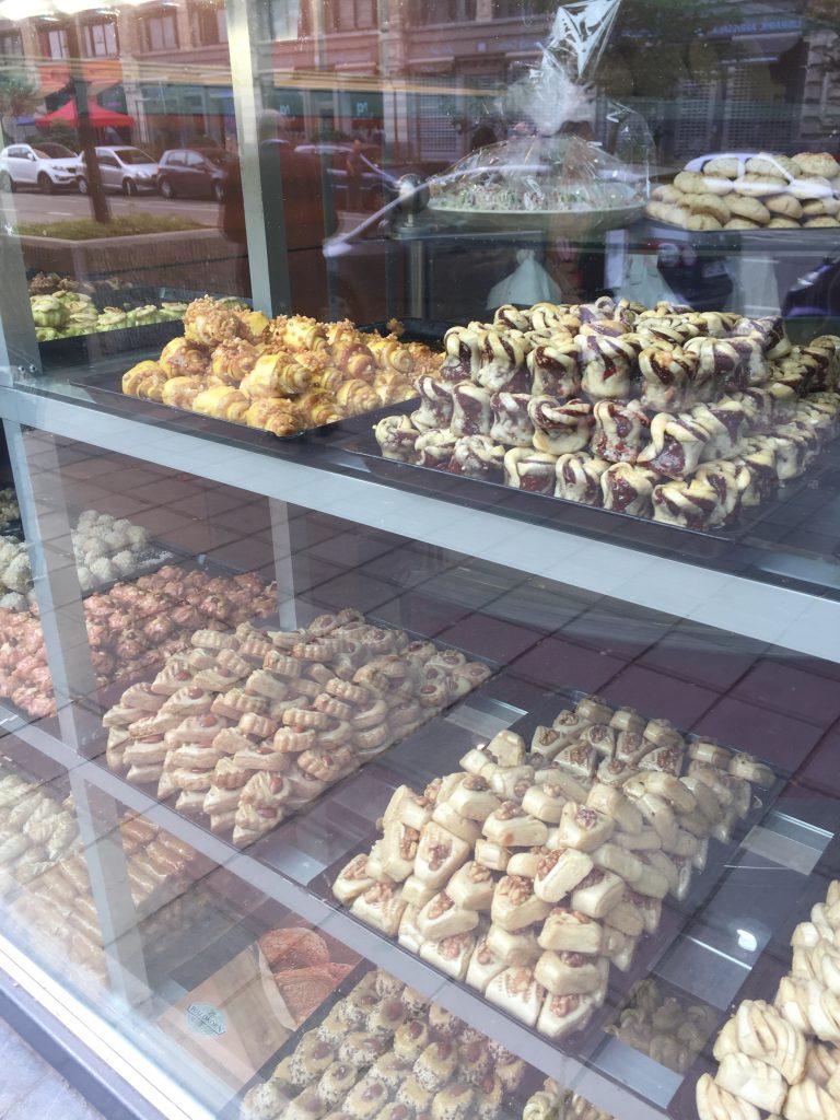 Elle propose un grand choix de gâteaux marocains