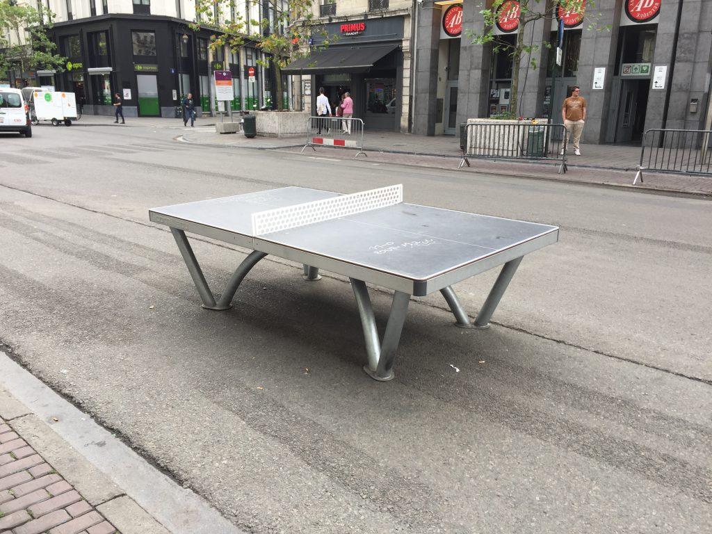 Symbole de l'échec de la Ville de Bruxelles, cette table de ping-pong trône au beau milieu d'un boulevard vide... en octobre 2016