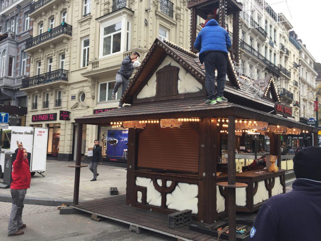 """""""Boudin blanc"""", """"Saucisse piquante"""" proclament les panneaux de cette construction digne du Bazar de la Charité"""